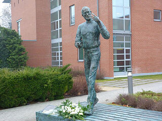 Write with anecdotes: write with the authority of fame. Phot shows a statue of Steve Jobs..