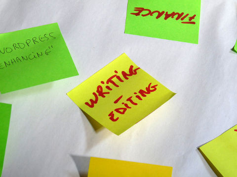 Writing on post-it note – copy tips for website conversions