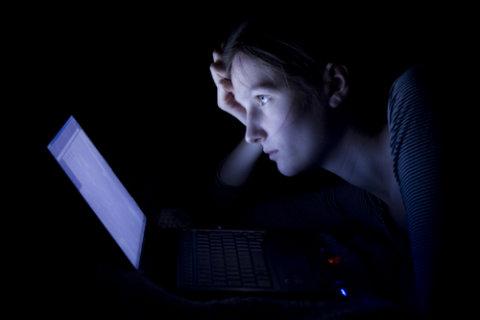 F.lux: woman suffering computer glare